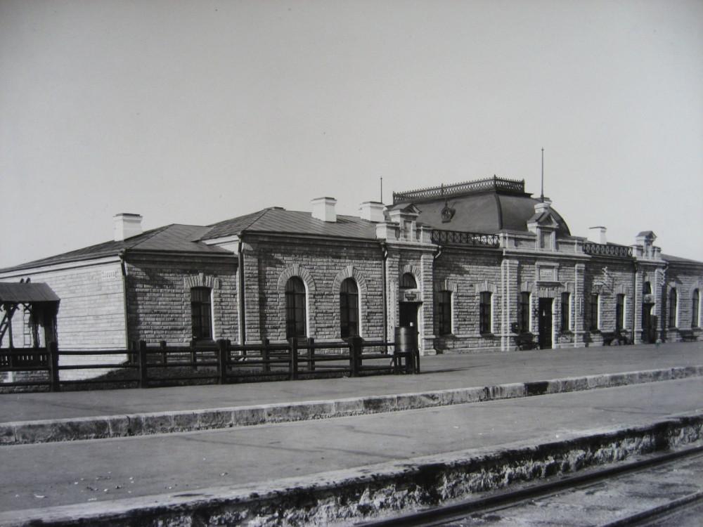 10. Пассажирское здание на станции Илецк.