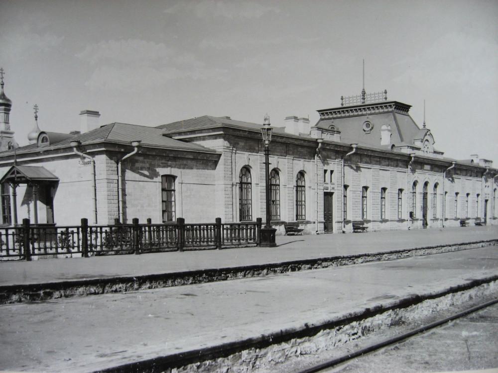 12. Пассажирское здание на станции Челкар.