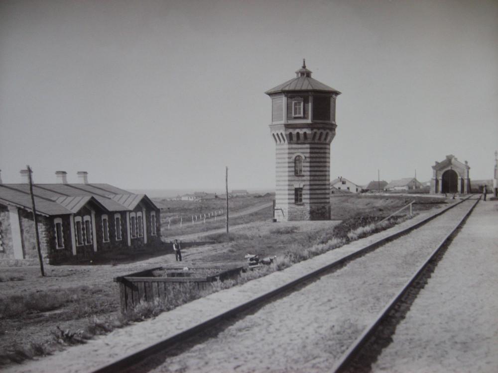 6. Жилой дом и водонапорная башня.