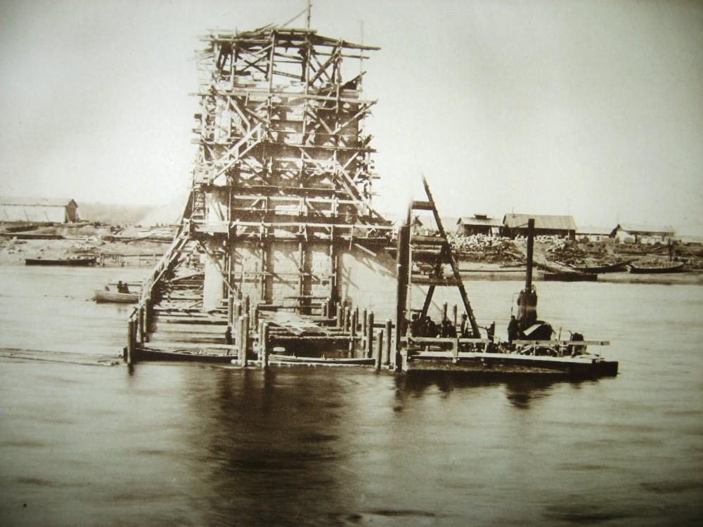 45. Виды постройки моста через Зею у г. Алексеевск.