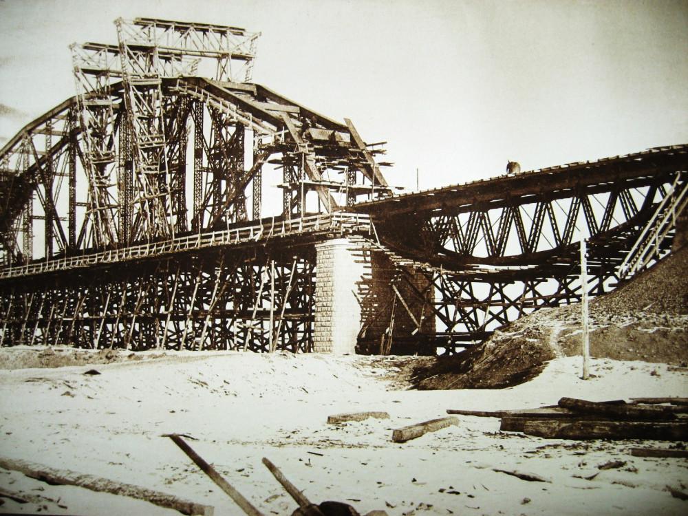 46. Виды постройки моста через Зею у города Алексеевск.