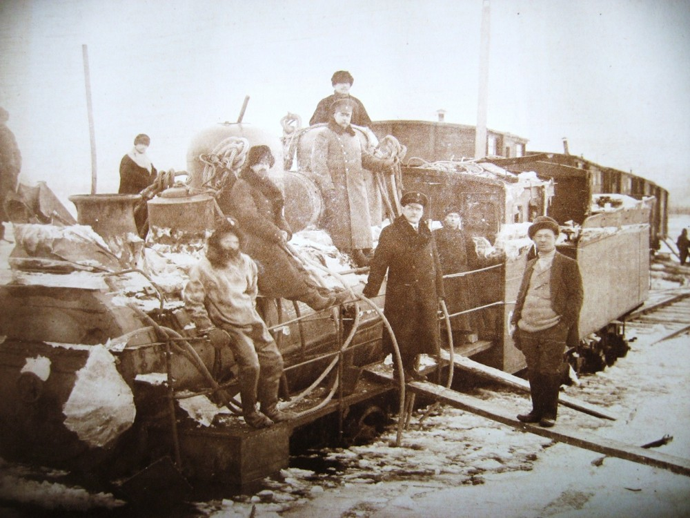 82. Подъем паровоза из воды р. Зеи. Зимняя переправа.