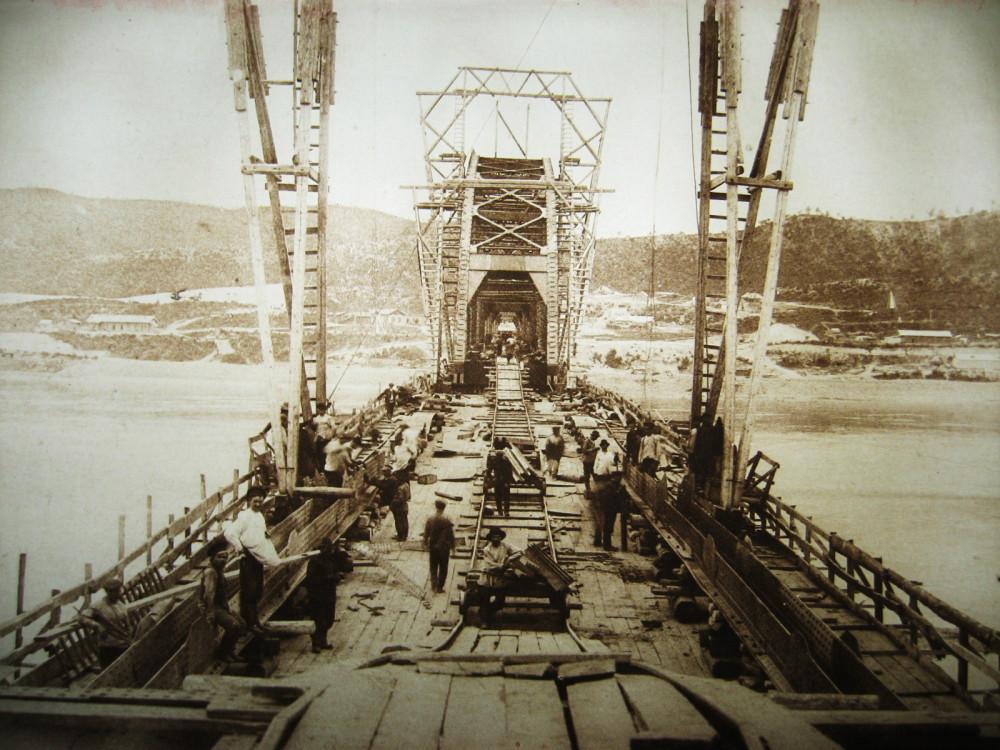 88. Постройка Белогорского моста.