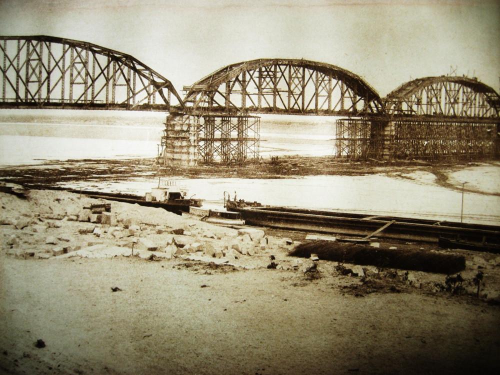 90. Постройка Белогорского моста.