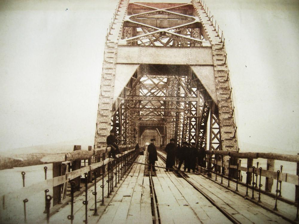 93. Постройка Белогорского моста.
