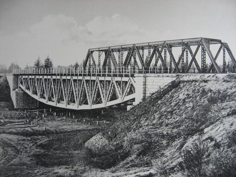 13. 2444 верста. Вид на мост через р. Окульшет. Строительный период 1910 года.