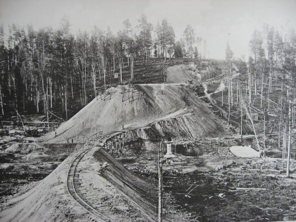 18. 2550 верста. Сооружение насыпи на Березовой пади. Высота 12,74 саж. 1908 год