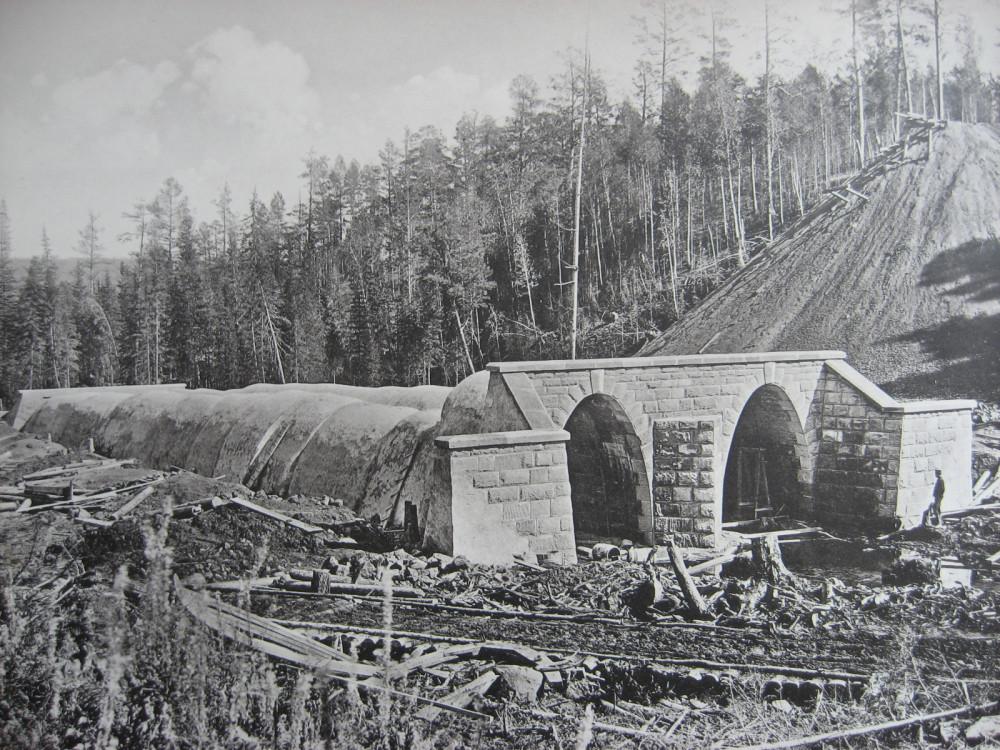 23. 2552 верста. Сооружение каменной двухпролетной трубы. 1908 год.