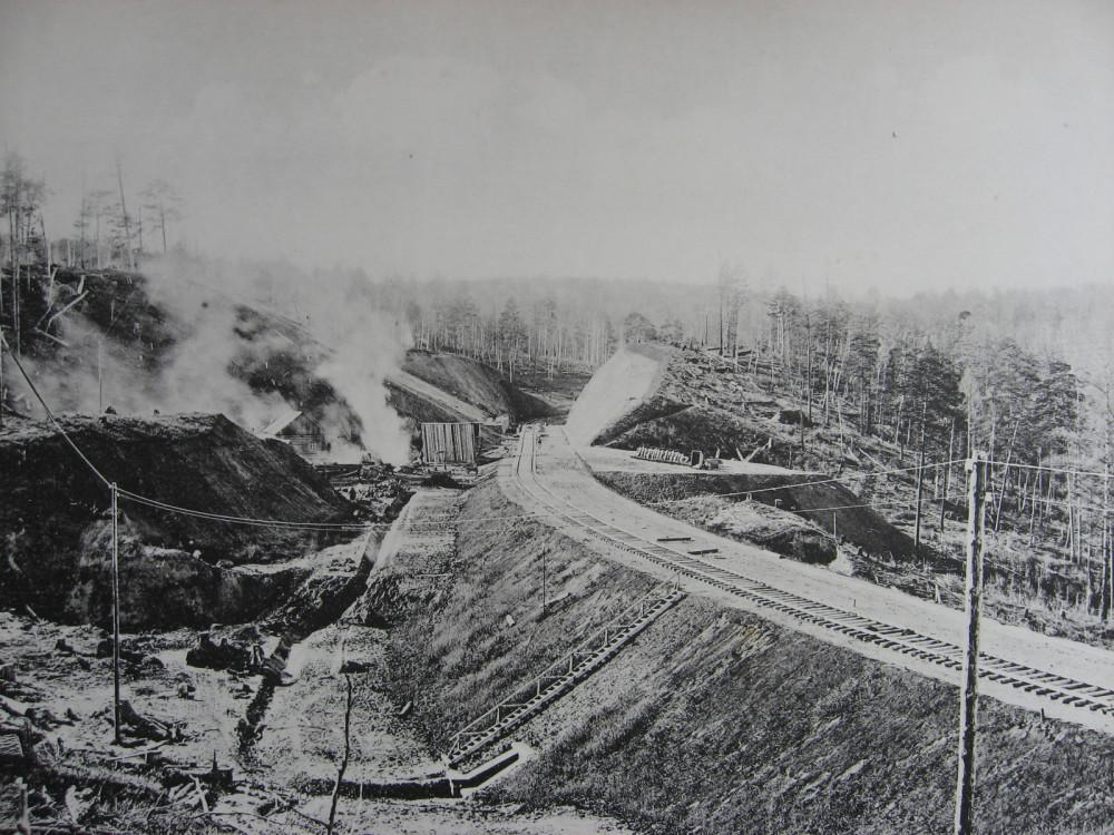 24. 2552 верста. Общий вид на насыпь и каменную выемку с подпорной стенкой. 1910 год.