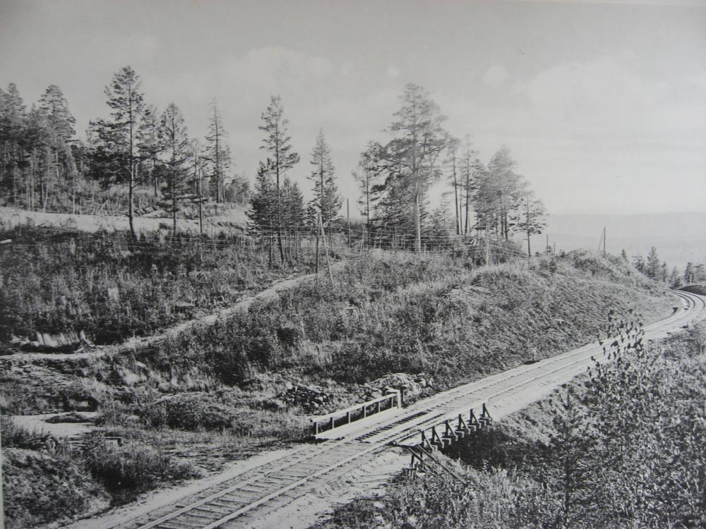 28. 2571 верста. Вид на старый путь Транссиба. Новый-выше по косогору. 1909 год.