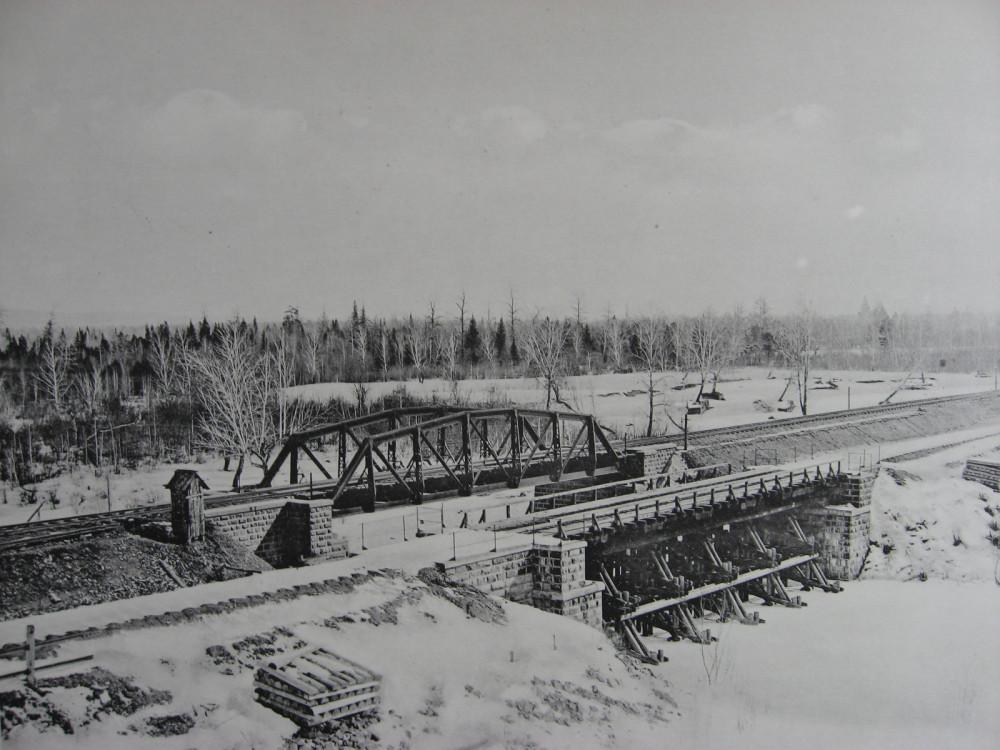 32. 2597 год. Общий вид старого и нового мостов через р. Рубахину. 1909 год.