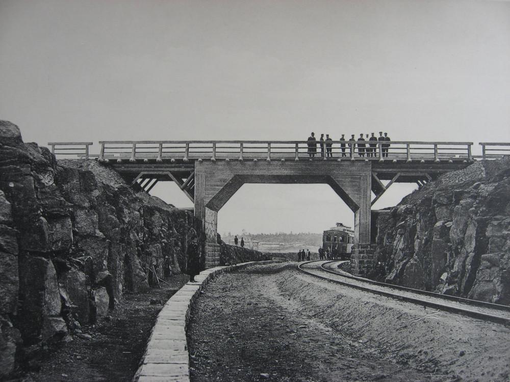 34. 2705 верста. Деревянный путепровод через выемку нового полотна. 1910 год.