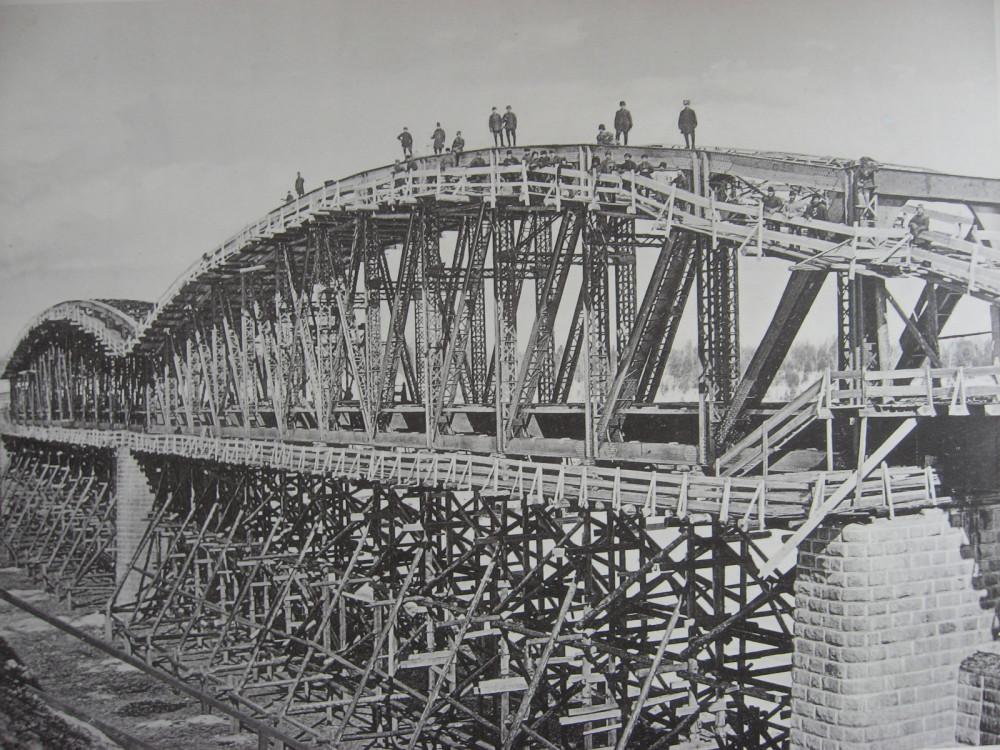 37. 2706 верста. Сборка ферм моста через р. Ию. Зима 1910-1911 гг.