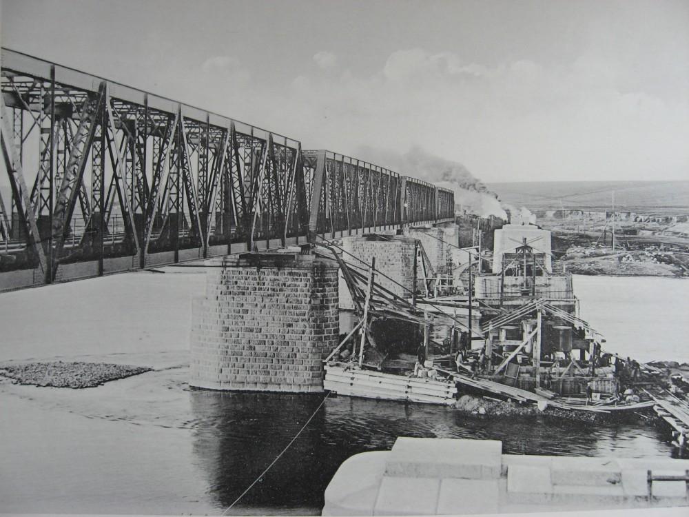 41. 2985 верста. Постройка опор моста под 2-ой путь на р. Белой. 1910 год.