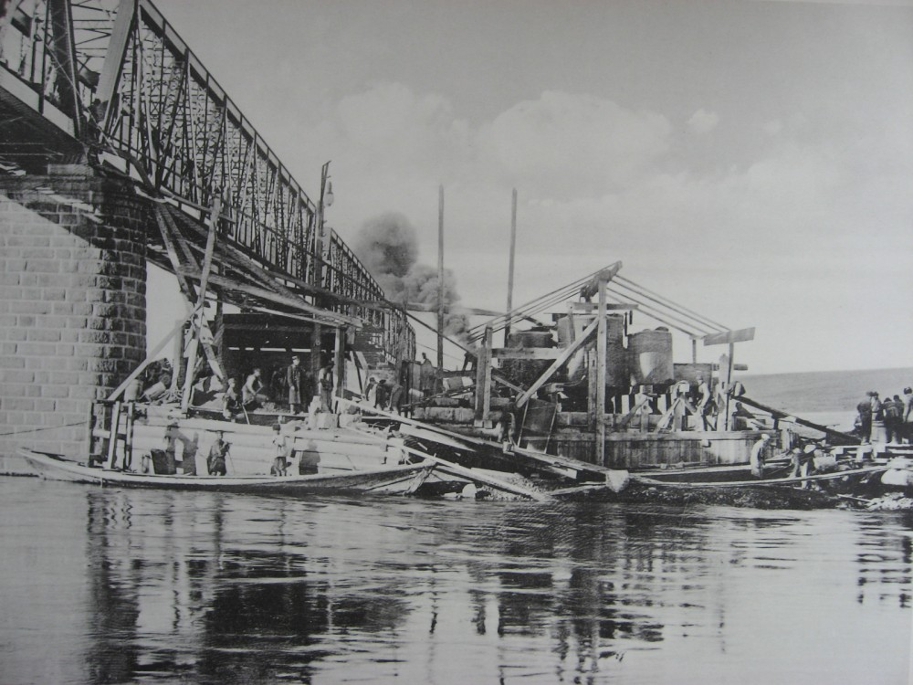 42. 2985 верста. Постройка опор моста под 2-ой путь на р. Белой. 1910 год.