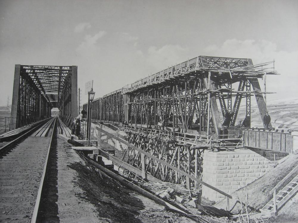 43. 2985 верста. Сборка фермы Ачинского пролета моста через р. Белую под 2-ой путь. Зима 1910-1911 гг.