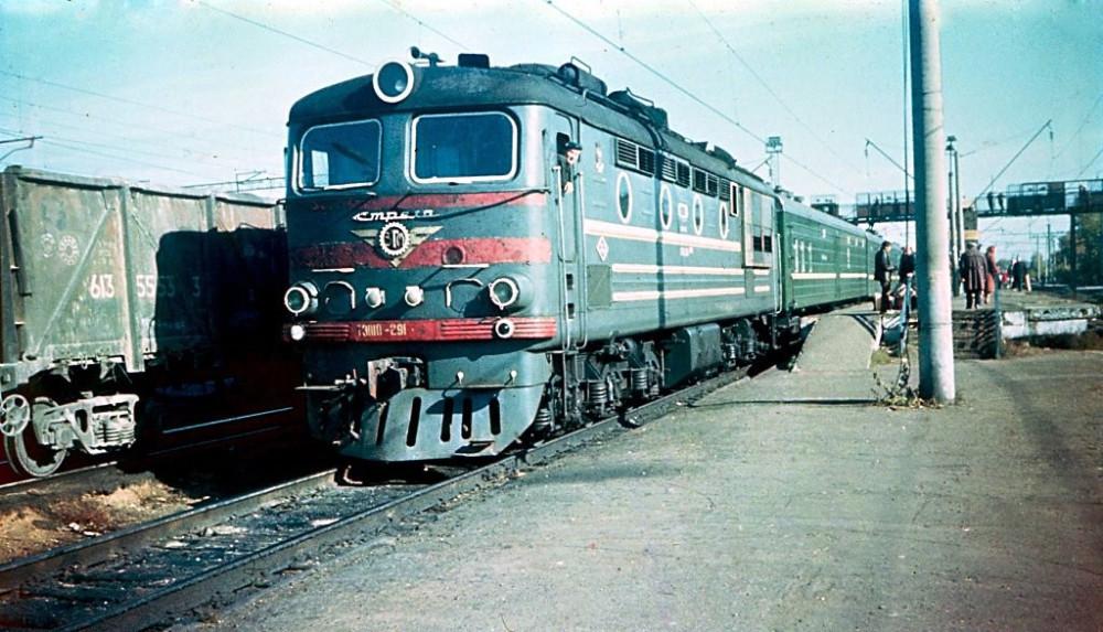 ТЭП10-291 с поездом Казань-Йошкар-Ола, ст.Зеленый Дол, 1988 год.