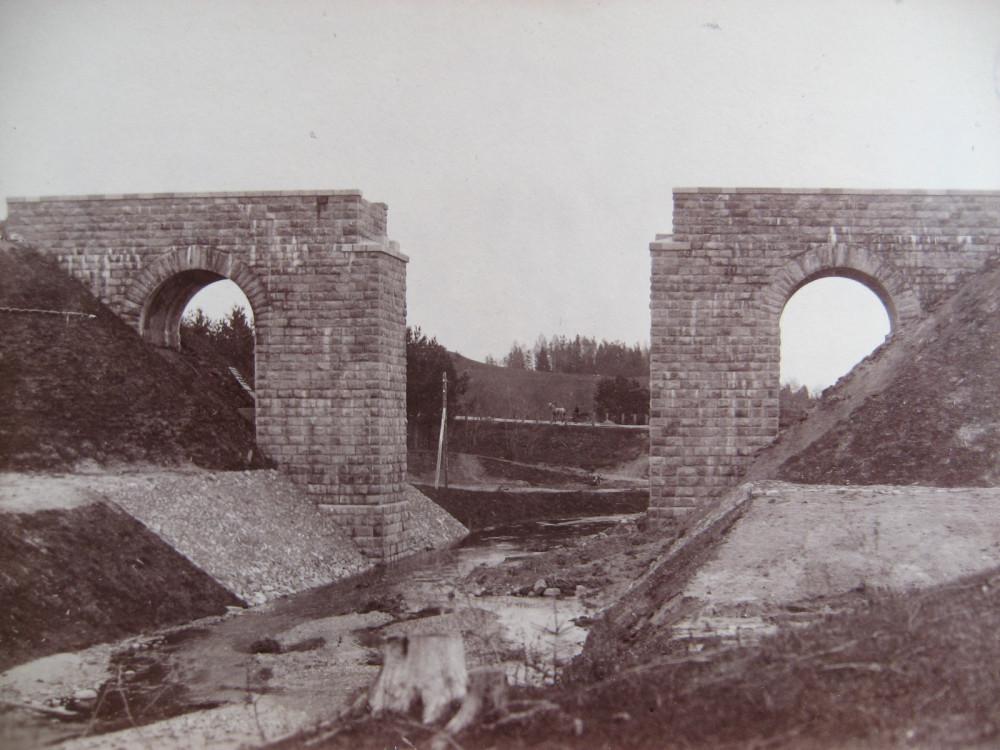 2. Устои моста через Кривой Ручей на 523 версте.