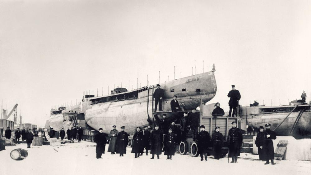 Подводная лодка «Налим» на железнодорожном транспортере для отправки на Дальний Восток, 1904 г. Источник ЦВММ.