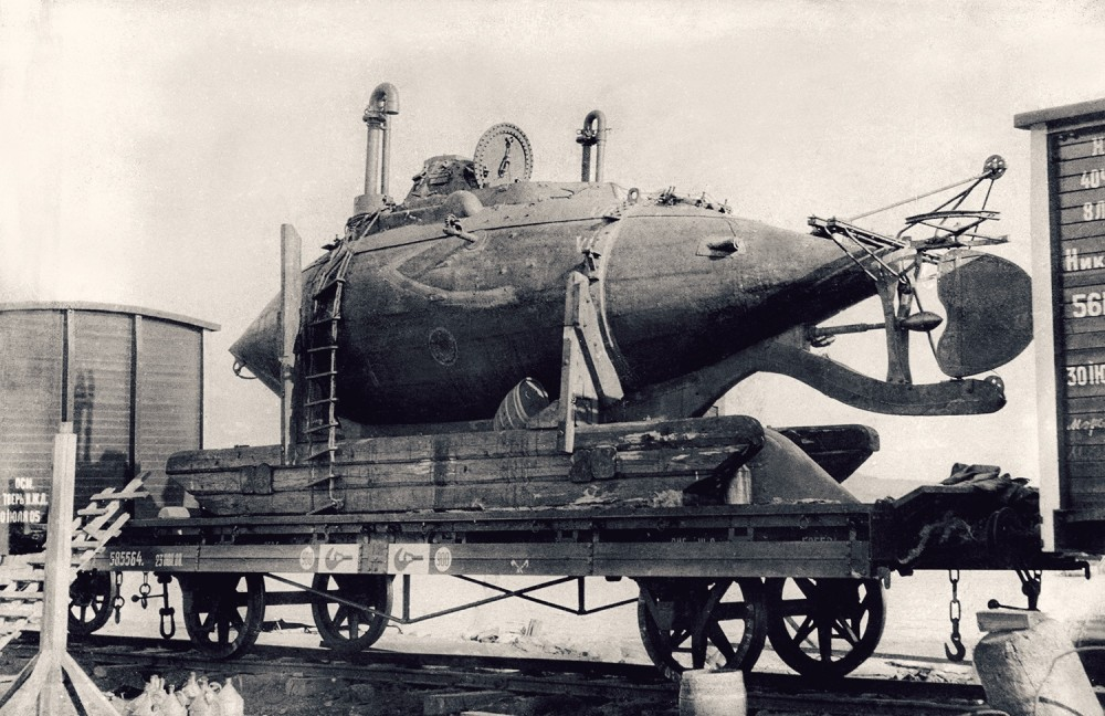 Лодка системы лейтенанта Боткина на железнодорожной платформе транспортируется на Дальний Восток, сентябрь 1905 г. Источник ЦВММ.