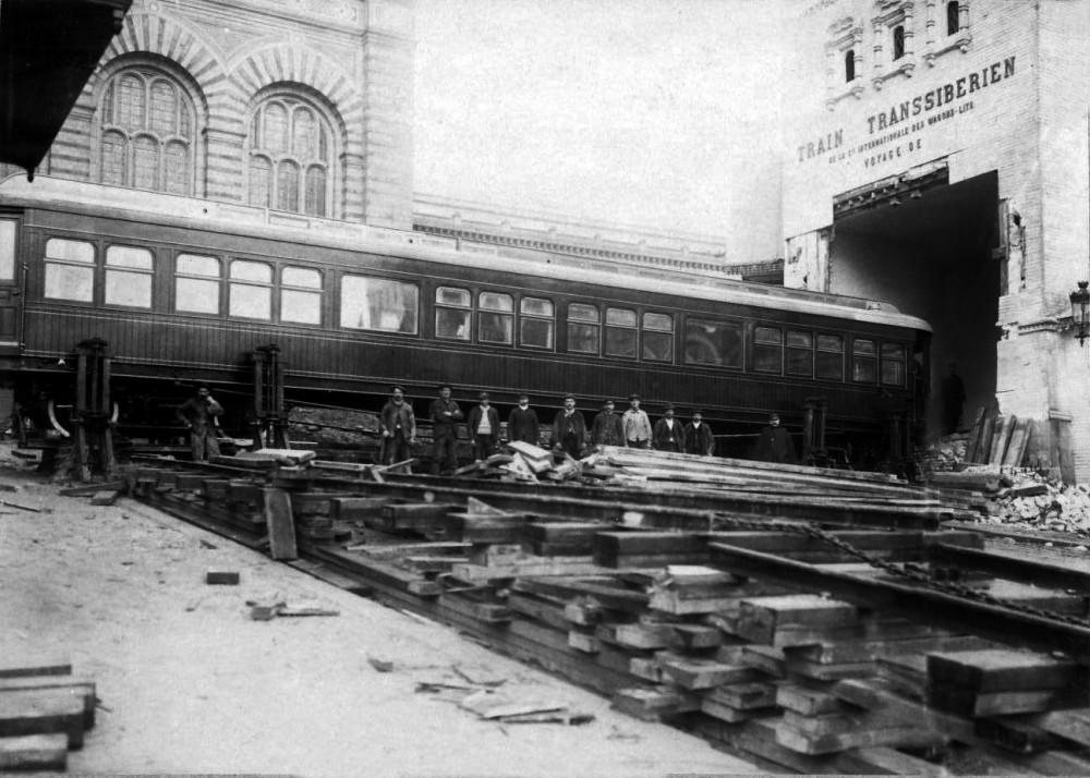 Установка вагона в павильоне на Парижской выставке 1900 года