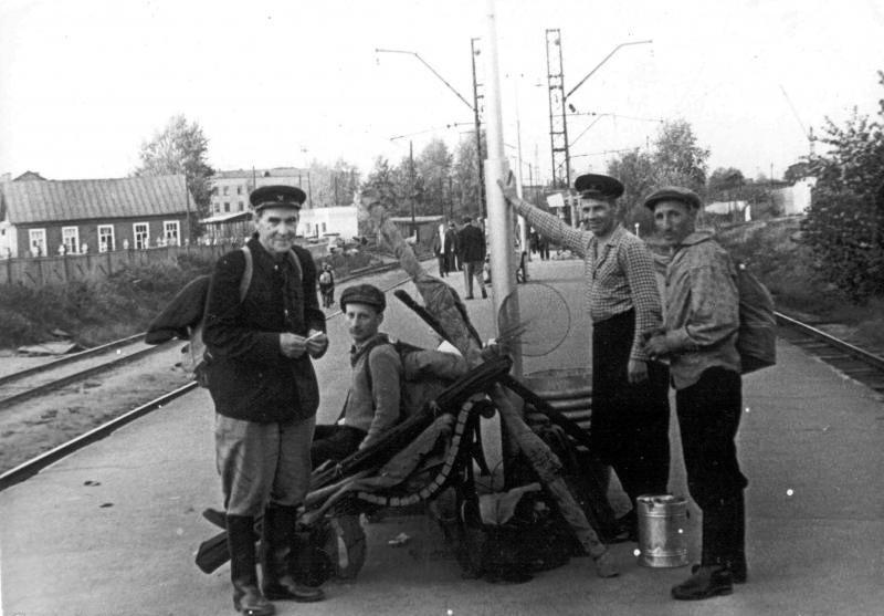 296. Платформа Савеловская. Рыбаки возвращаются с Московского моря на Курский вокзал. 1962 год.