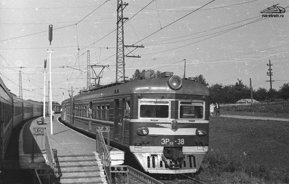 51. ЭР22-38 пропускает пасс.поезд, разъезд Лесодолгоруково, 1976 год.