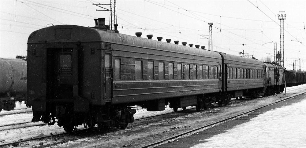 38. Станция Кривандино. Пригородный поезд Рязановка-Кривандино под тепловозом ТЭ2, 1981 год.