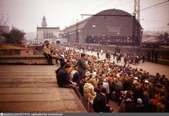 72. Киевский вокзал. Пригородные платформы. 1975 год.