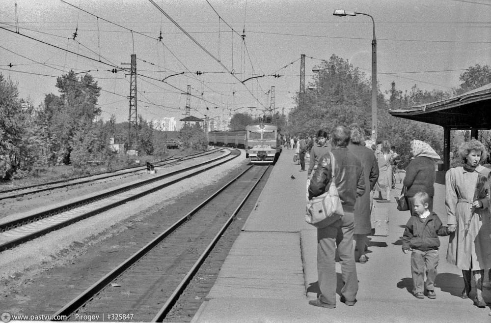 36. Ж.д.станция Царицыно, ЭР2Р-7058, конец 80-х годов.