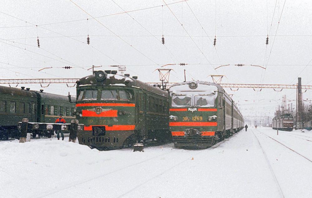 26. ЭР9П-263, ЭР2-1269 на станции Рязань-II, 1994 год.