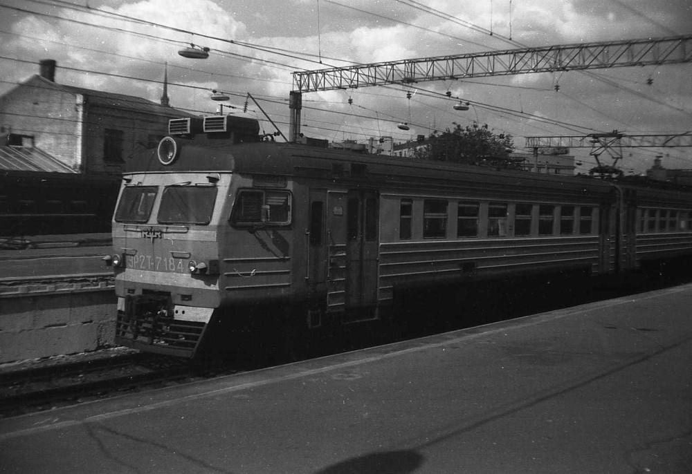 6. ЭР2Т-7184, ст.Москва-Пасс-Киевская, начало 90-х годов.