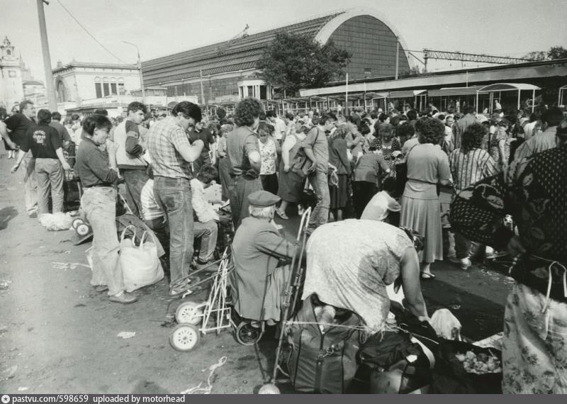 110. Стихийный рынок у Киевского вокзала, 1994 год.