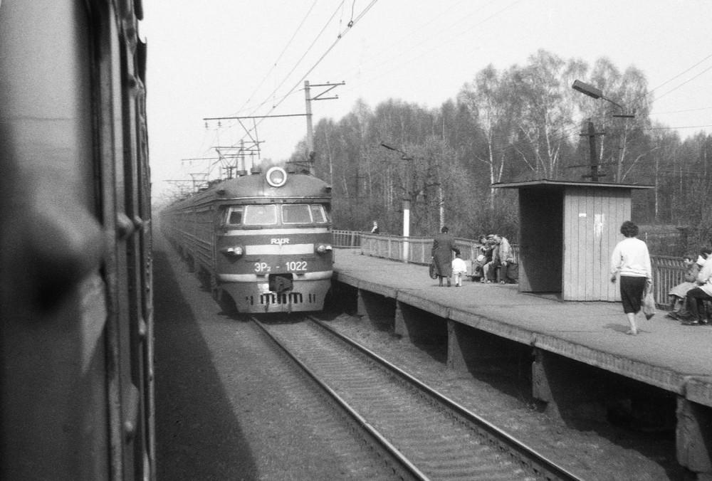 99. ЭР2-1022 следует в Москву, одна из платформ между Люберцами и Куровской. Начало 90-х годов
