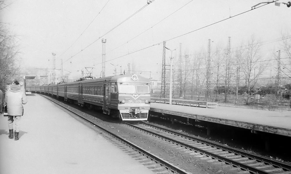 56. ЭР2-1179 прибывает к платф.Сортировочная Рязанского направления, апрель 1992 год.