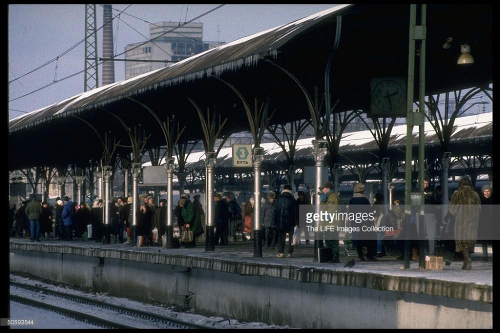 69. Курский вокзал, пригородная платформа Курского напр., февраль 1992 год.