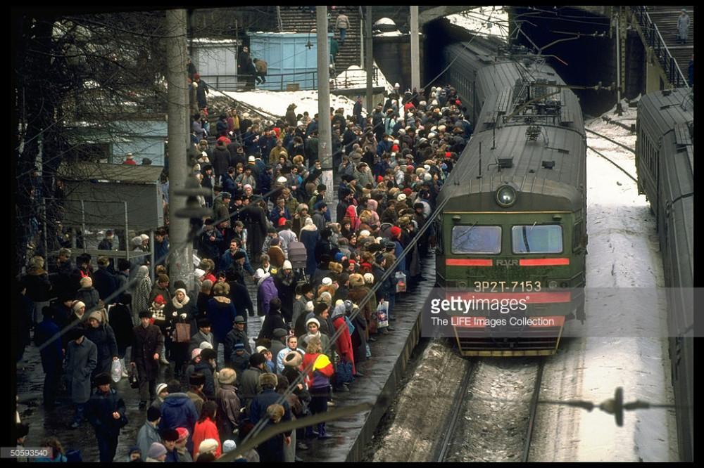 71. ЭР2Т-7153 прибывает на 1-й путь Тверского поста, Белорусский вокзал, февраль 1992 год.