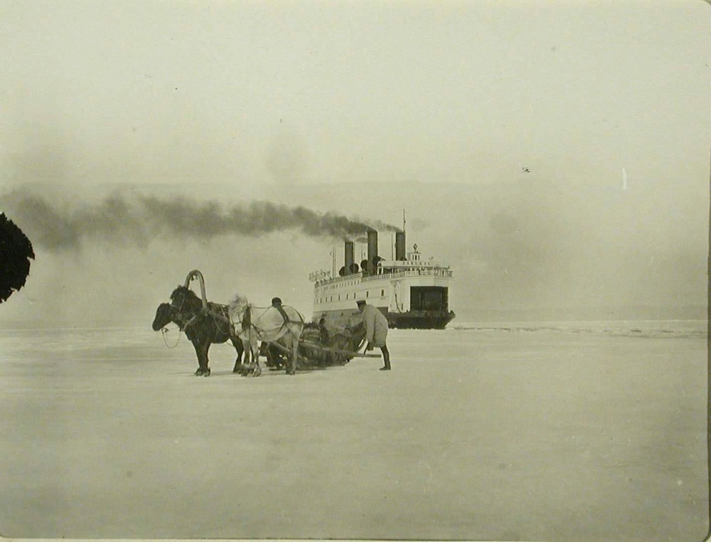 1905 год. Ледокол Байкал пробивает лед.