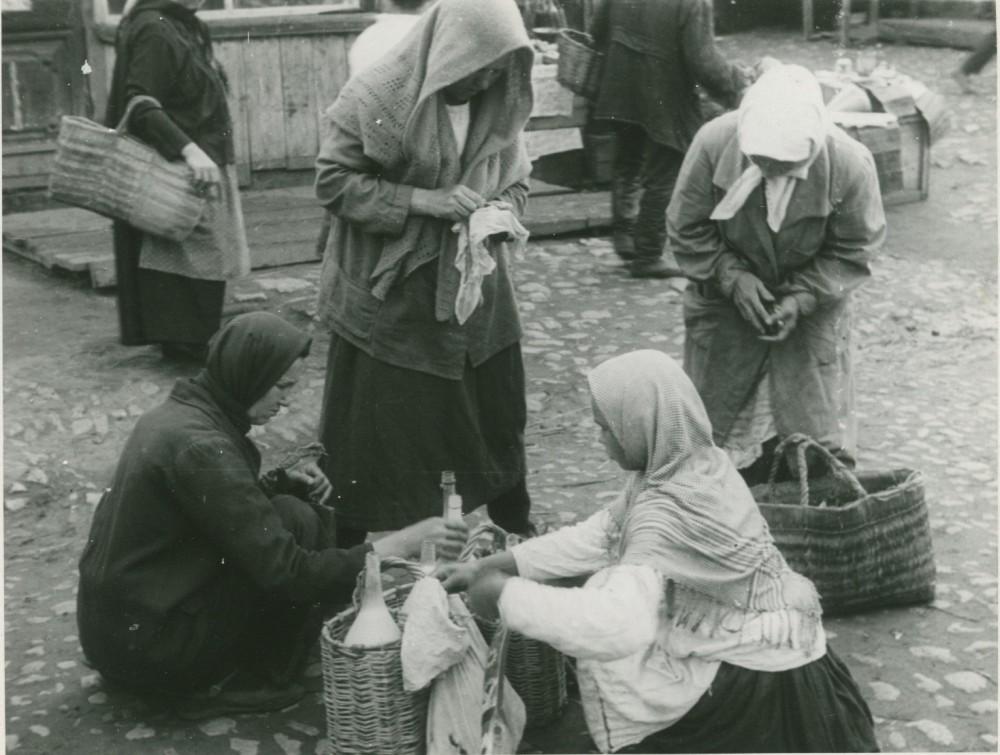 1932 год. Торговля на улице.
