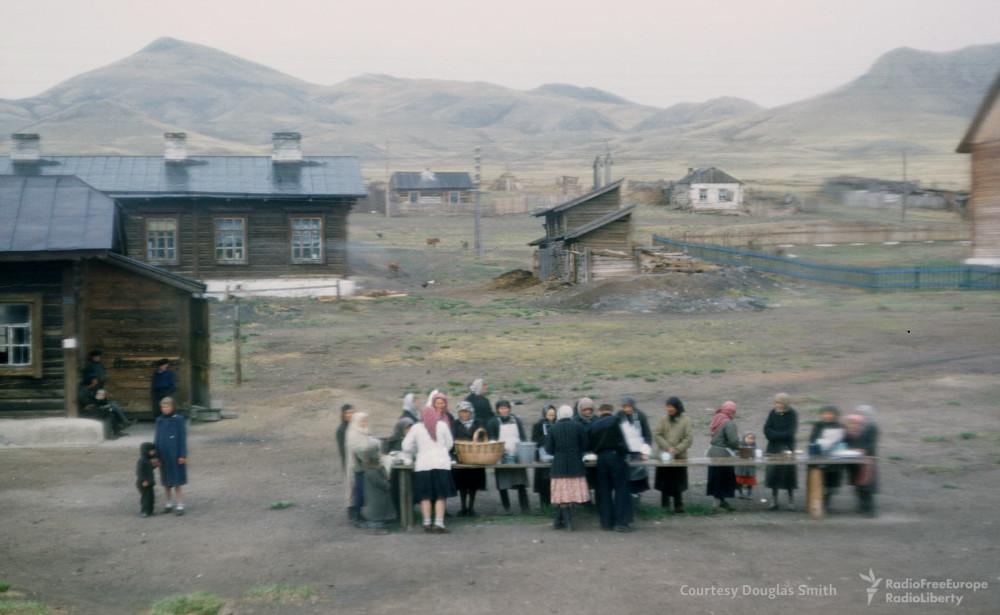 1953 год. Торговля на Транссибирской станции.