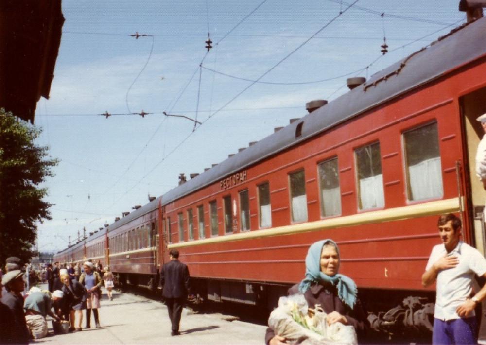 1975 год. Станция на Транссибе. Поезд Москва-Владивосток.