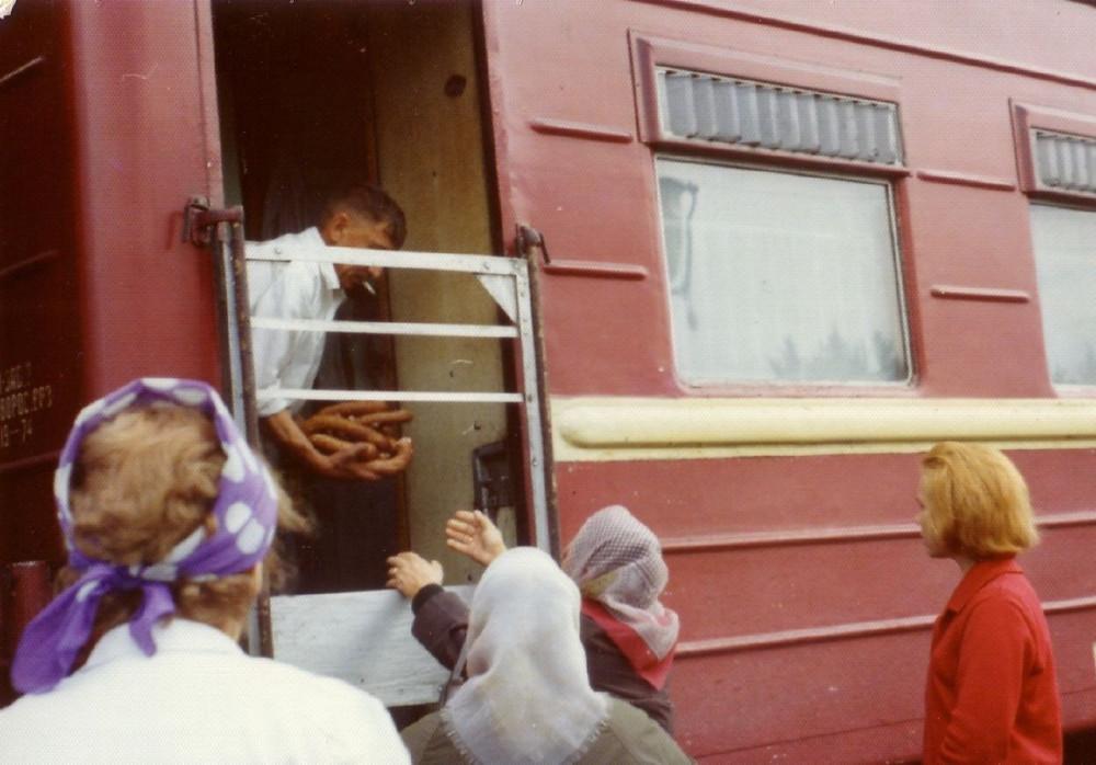 1975 год. Торговля из вагона-ресторана колбасой. Транссиб.