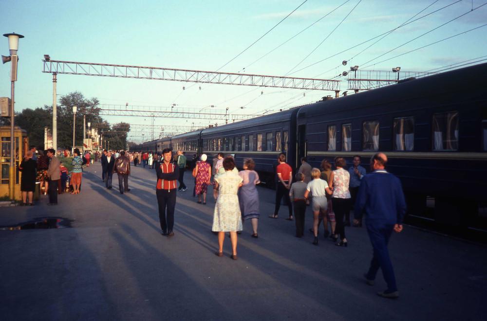 1982 год. Станция на Транссибе. Фирменный поезд Москва-Иркутск.