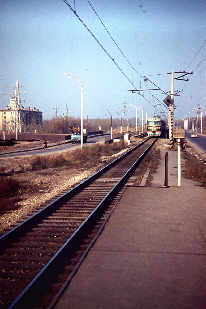107. Казань. ЭР1-55 прибывает к платформе Компрессорный. 1977 год.