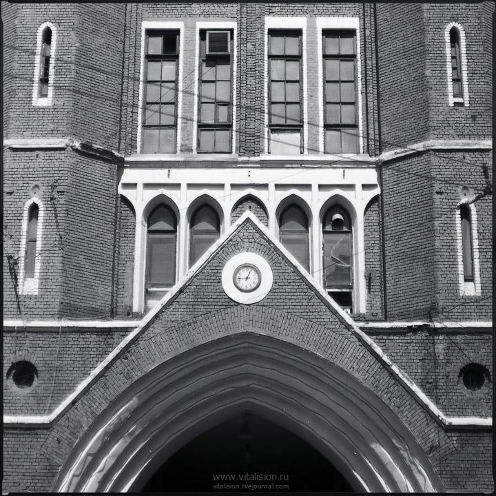 здание, проходная, арка, окна, МЭЛЗ, электрозавод, пленка, ч/б, средний формат, 6х6