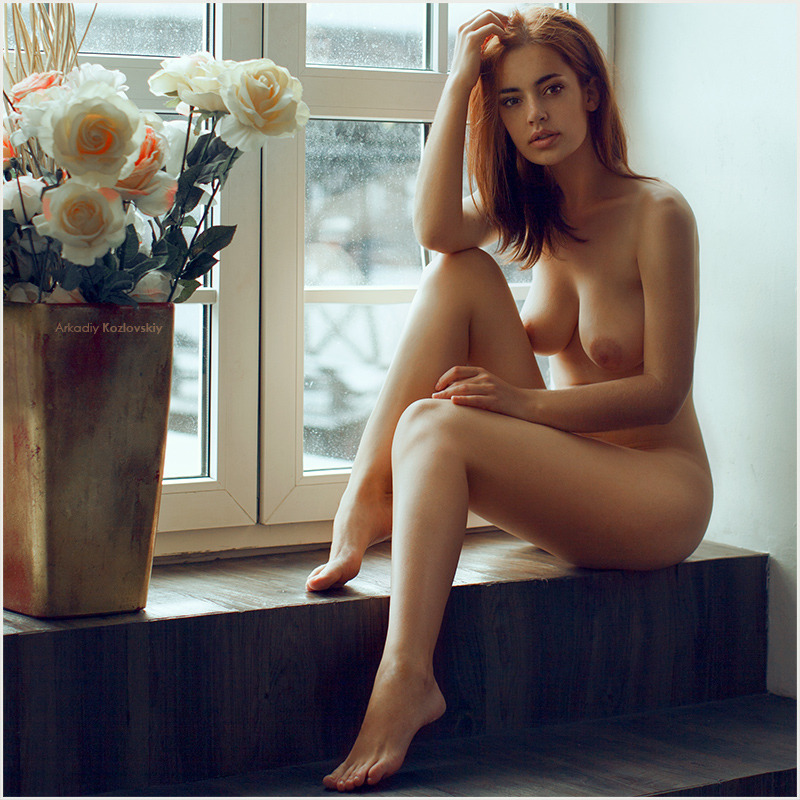 эротика-сиськи-подоконник-790667