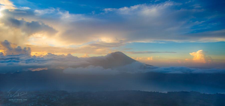 Вулкан Гунунг-Батур на рассвете