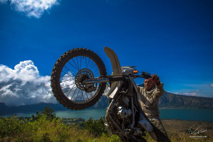 Мотоциклист на вулкане Батур
