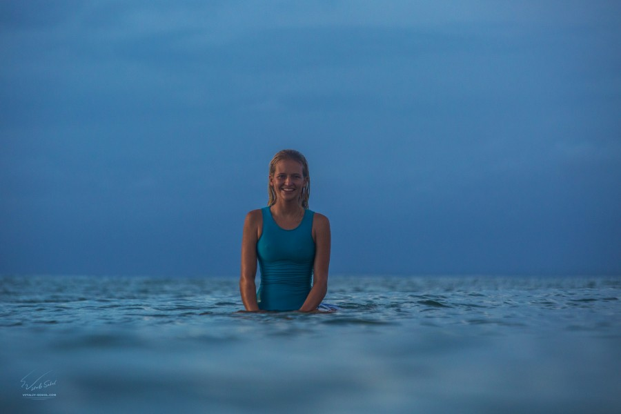 Surfing girl. Модель Даша Зайцева. Сёрфинг на Бали. Фото Виталия Сокола