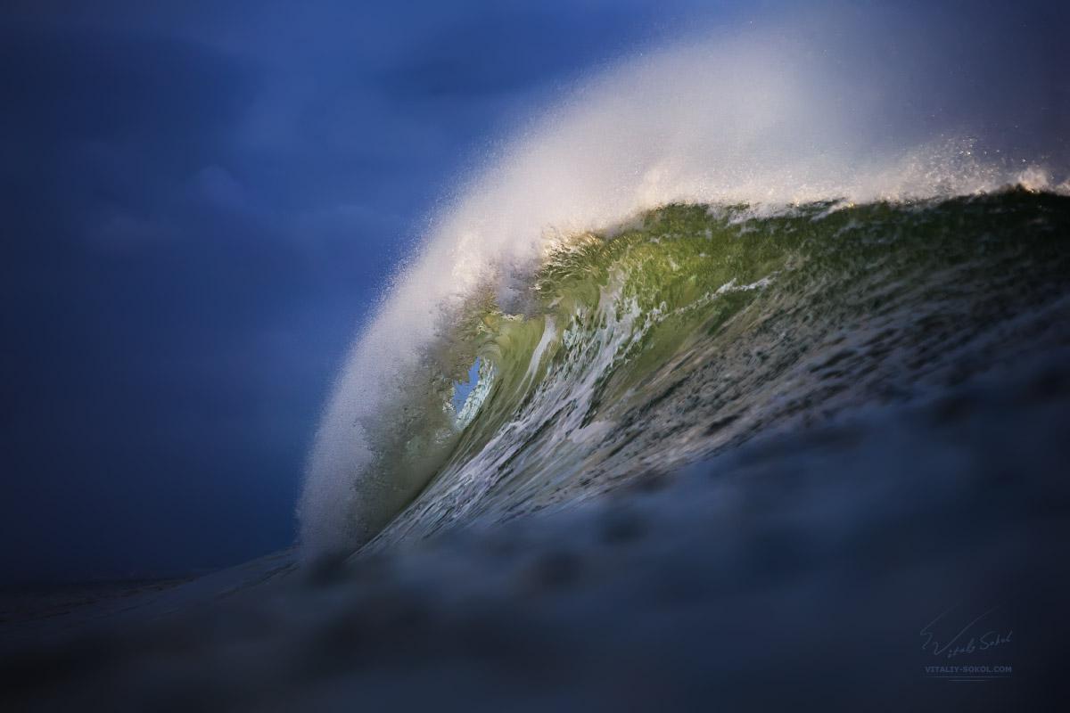 Красивая океанская волна в закатном свете. Beautiful Sunset Wave in Indian Ocean in Bali